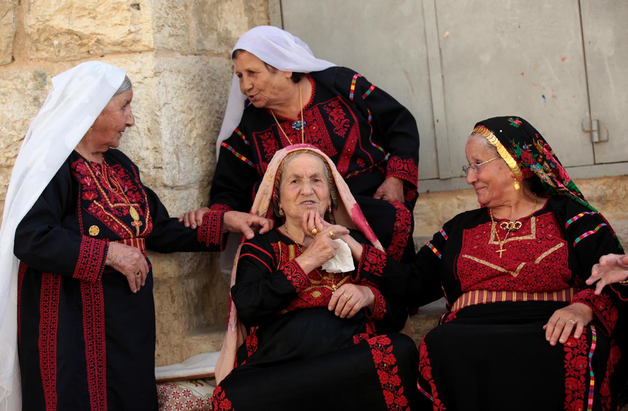 ملكات الحرير: يشربن ريح الأرض وتشربهن