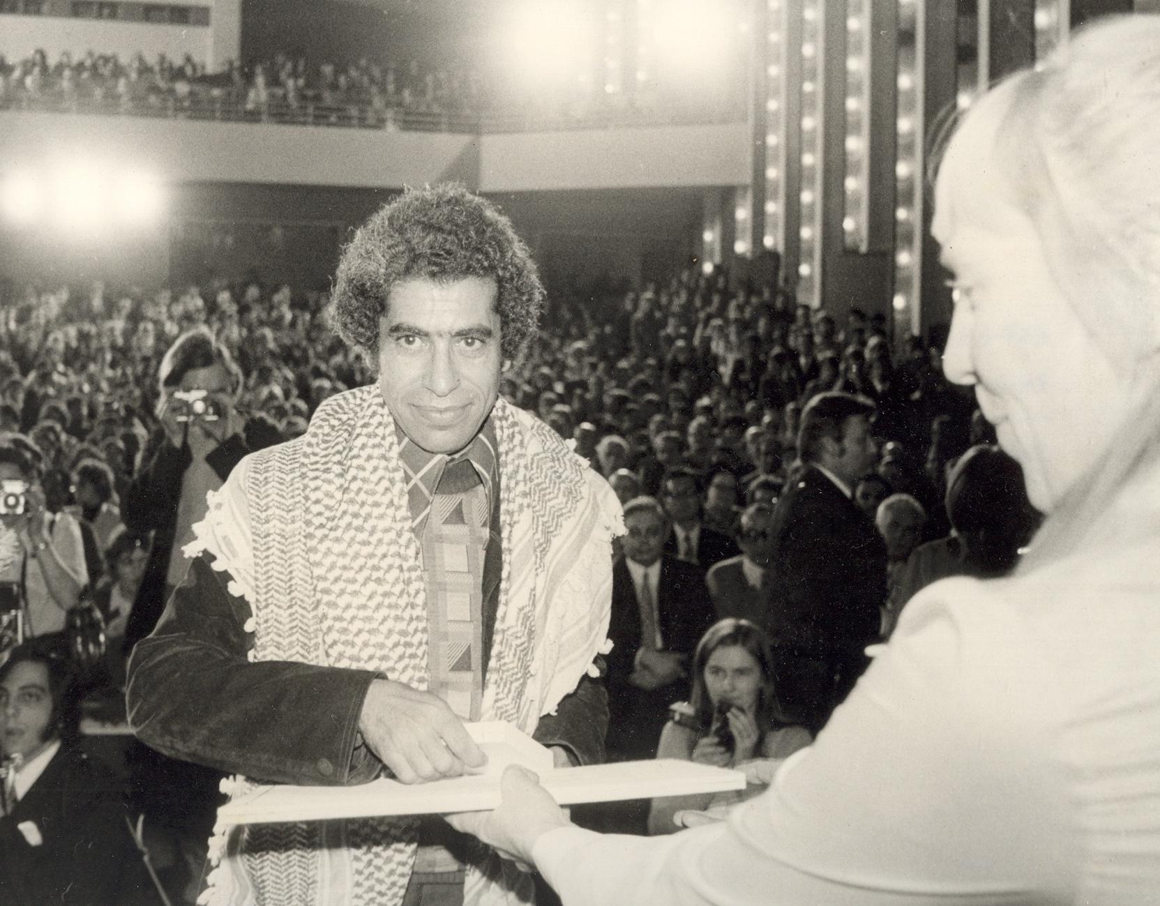 قاسم حول يتسلم حمامة بيكاسو الفضية جائزة فيلم بيوتنا الصغيرة 1974 في مهرجان لايبزغ