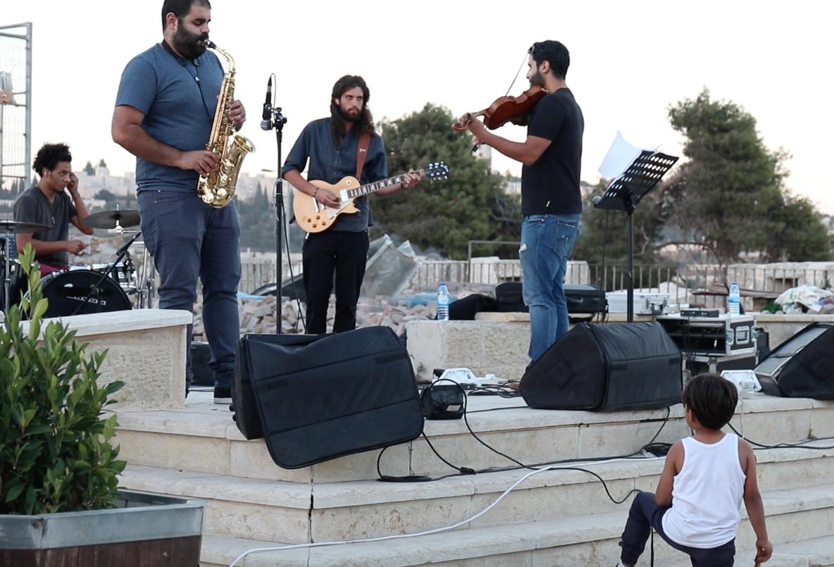عرض موسيقي في إحدى محطات الجولة في البلدة القديمة بالقدس