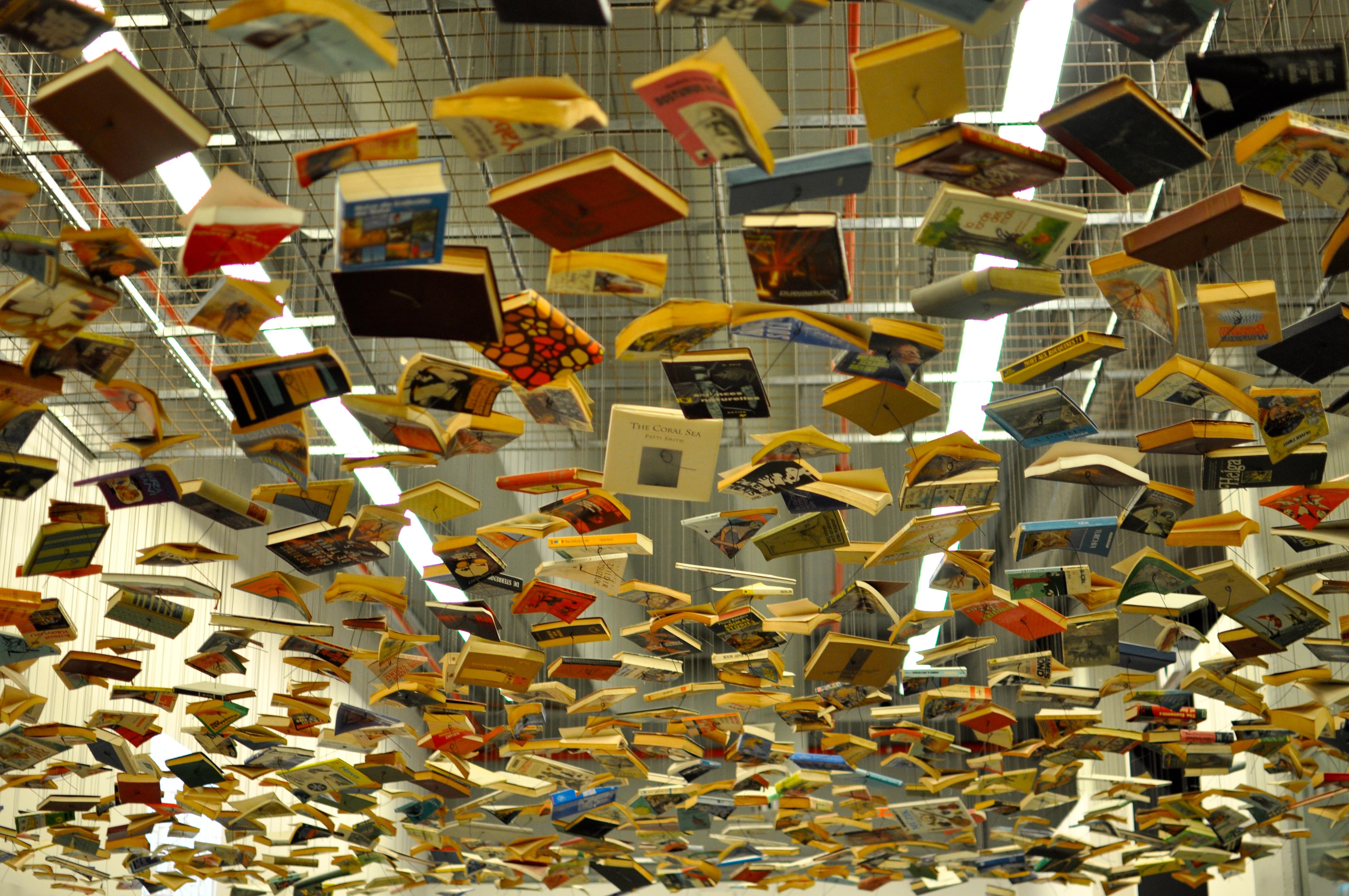 الكتاب بين المعارض والمكتبات والنسخة الإلكترونية